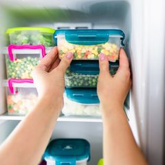 5 Lebensmittel, die du auf keinen Fall einfrieren solltest: Foto von Lebensmittel im Gefrierfach