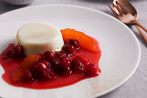 Marzipan-Panna-Cotta mit Orangen-Cranberry-Kompott