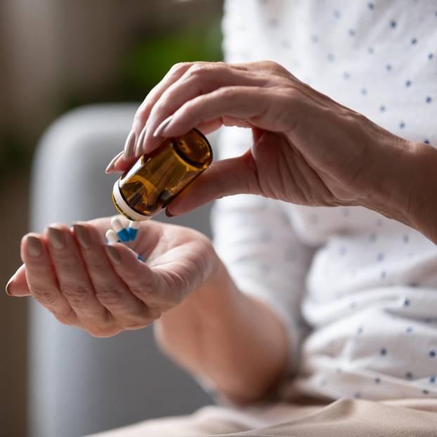 Medikamentenengpass: Frau nimmt Tabletten ein