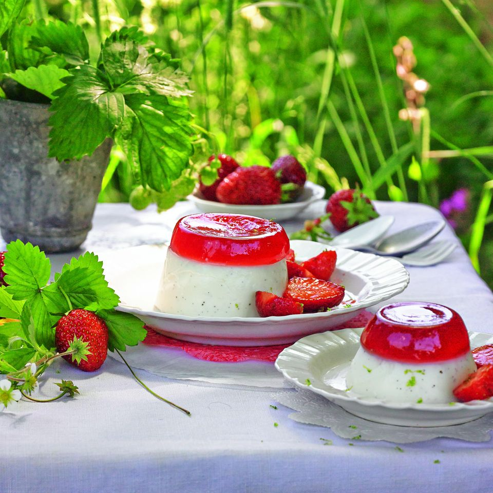 Buttermilch-Pannacotta mit Erdbeergelee