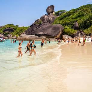 """Koh Tachai ist in Wahrheit nur eine von vielen überlaufenen Inseln in Thailand. Der Strand Maya Bay auf der Insel Ko Phi Phi Leh, der durch den Film """"The Beach"""" weltberühmt wurde, musste sogar geschlossen werden. Die täglich bis zu 7000 Touristen schadeten der Natur massiv."""