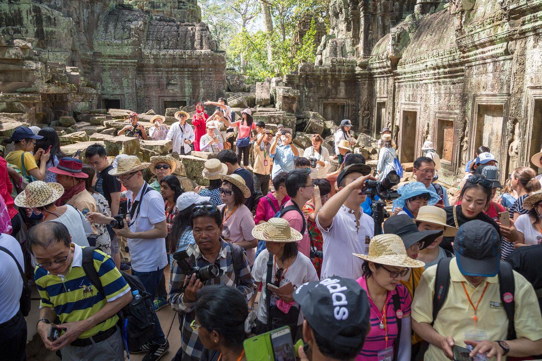 Die Unesco-Welterbestätte in Kambodscha erstickt an seiner eigenen Popularität. Die Treppen und Wege der 900 Jahre alten Tempelanlage Angkor Wat sind durchgelaufen und die kostbaren Reliefs bröckeln, weil viel zu viele Hände sie anfassen. Der Wassermangel der Region um Siem Reap wird durch die zahllosen Hotels und Urlauber verschärft.