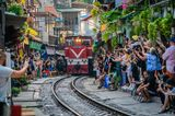 In Hanois Altstadt kriecht eine Eisenbahn zwischen Wohnhäusern hindurch, die Stecke wurde durch unzählige Instagram-Fotos berühmt und zieht Massen von Selfie-Touristen an, die den Zugverkehr behindern, die Anwohner verdrängen und sich selbst in Lebensgefahr bringen.Muss man nicht dabei sein, oder?
