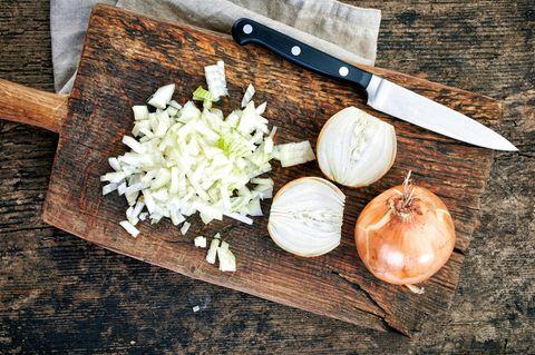 Zwiebeln schneiden: Zwiebeln auf einem Schneidebrett