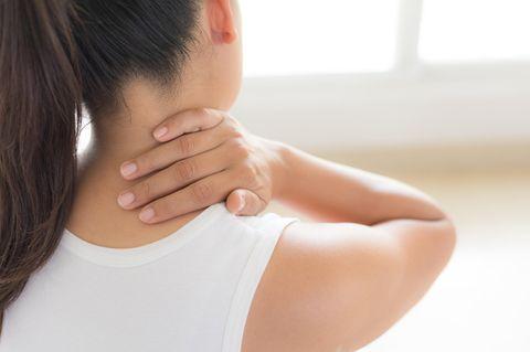 Rundrücken: Frau hält sich den Nacken