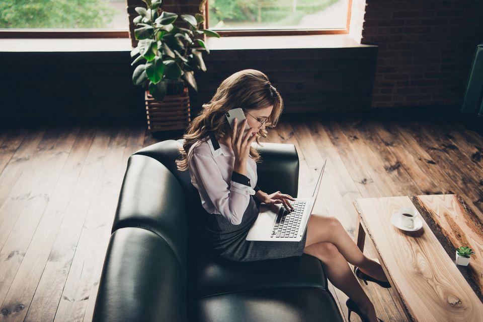 Bewerbung für einen Nebenjob: Frau am Laptop telefoniert