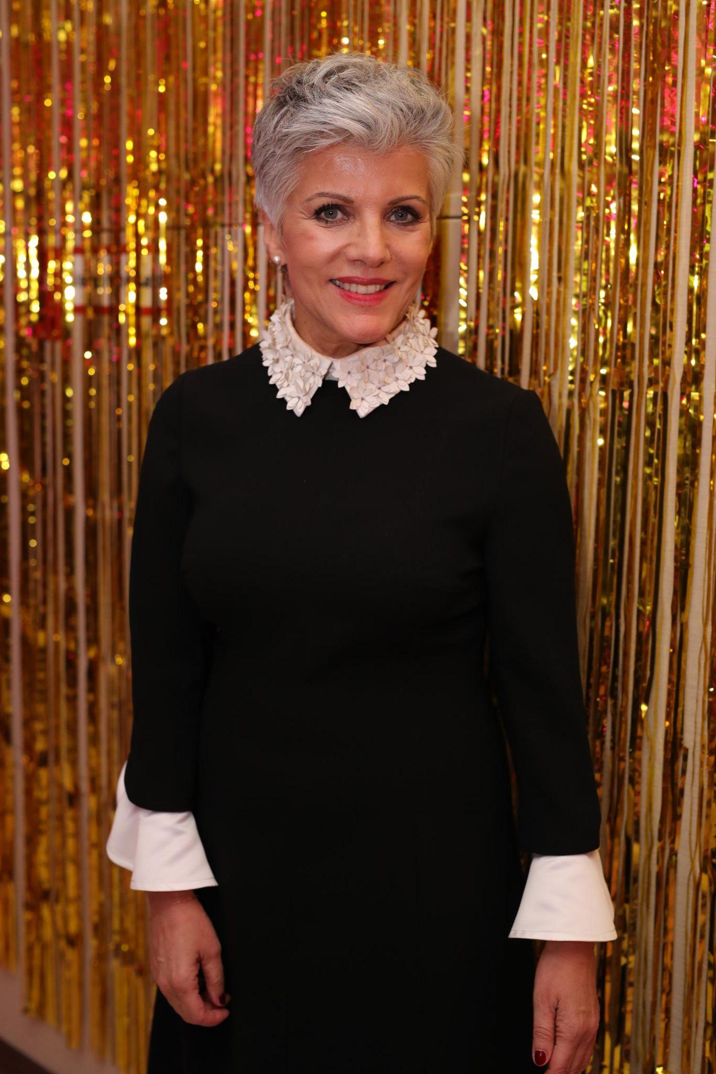 Birgit Schrowange: vor goldenem Vorhang