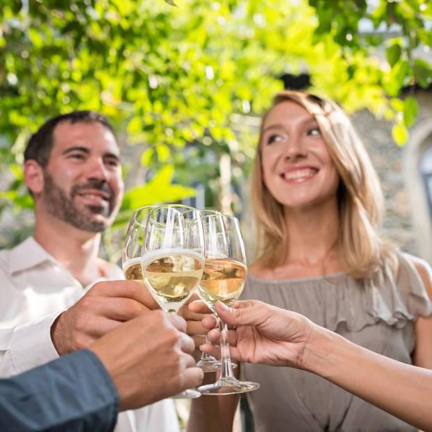 Gäste einander vorstellen - das hat sich verändert: Mann und Frau mit Sekt