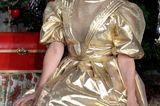 Birgit Schrowange: im goldenen Kleid vor Tannenbaum