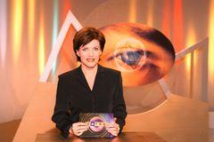 Birgit Schrowange: sitzt am Tisch in einer TV-Sendung