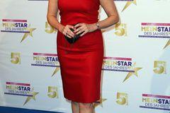 Birgit Schrowange: posiert im roten Kleid
