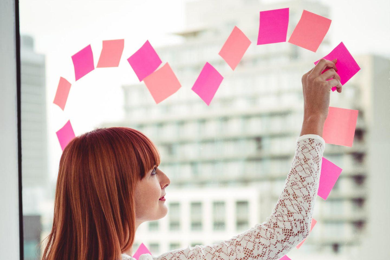 Karriere oder Beziehung - Soll ich meinen Job aufgeben?: Frau klebt Herz