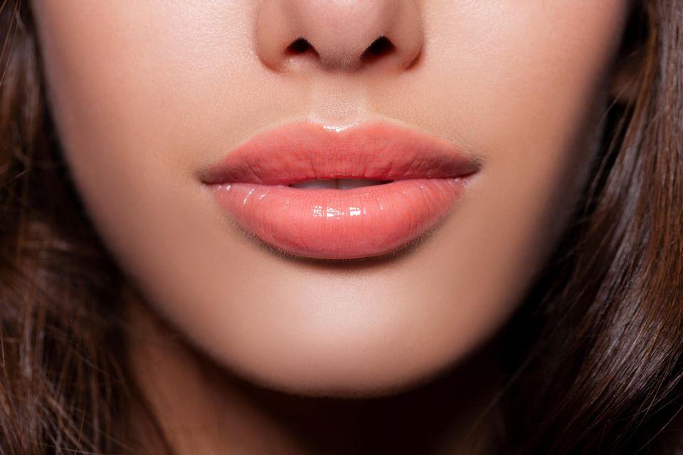 Lippen aufspritzen: Frau mit Lipgloss