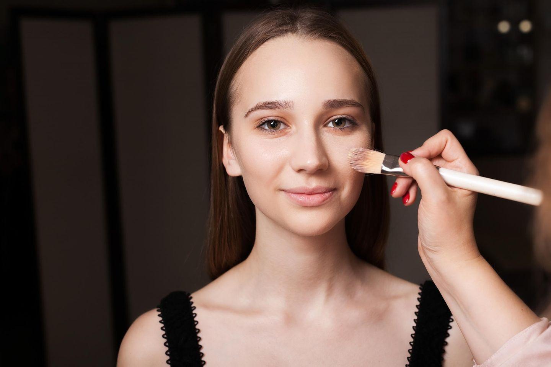 Was ist ein Primer: Frau wird geschminkt