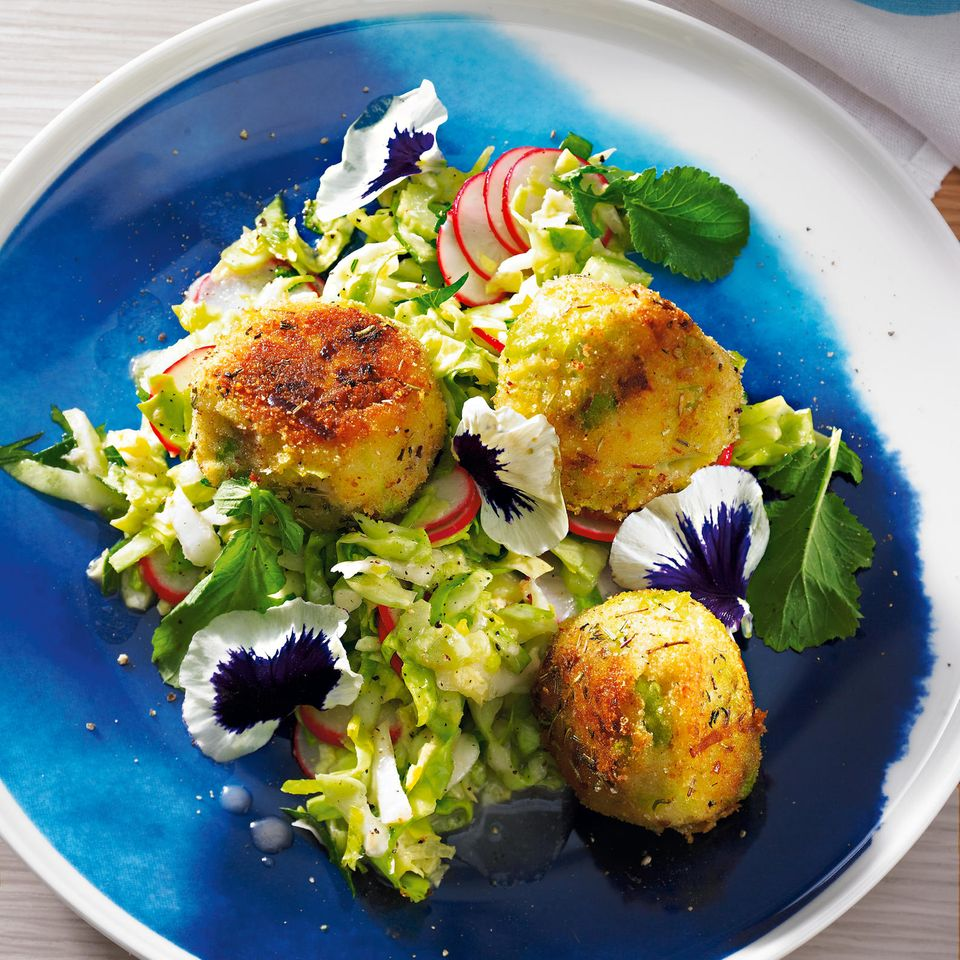 Kartoffelbällchen mit Spitzkohlsalat