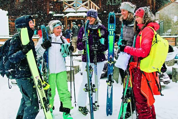 Klassenreise in den Schnee?: Frauen mit Skiern vor Almhütte