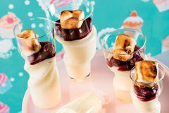 Marshmallow-Creme mit Espresso-Kirschen