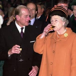 Prinz Philip und die Queen: trinken Sekt