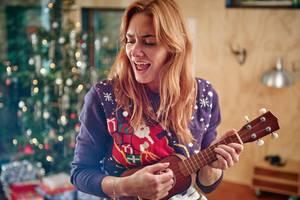 Frau spielt Mini-Gitarre