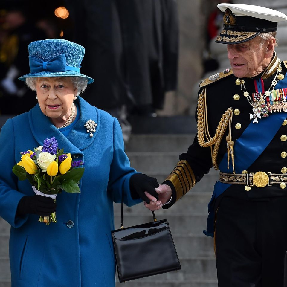 Prinz Philip und die Queen: halten Händchen
