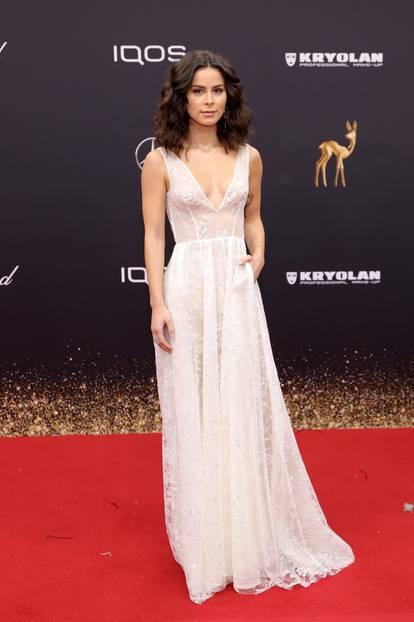 Wie eine Elfe schwebte die Sängerin über den Roten Teppich. Sie entschied sich für eine hauchzarte weiße Robe mit funkelnden Glitzer-Applikationen von Kaviar Gauche.