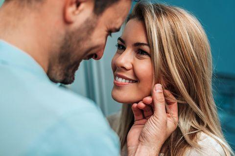 Mann und Frau: Er streichelt sie