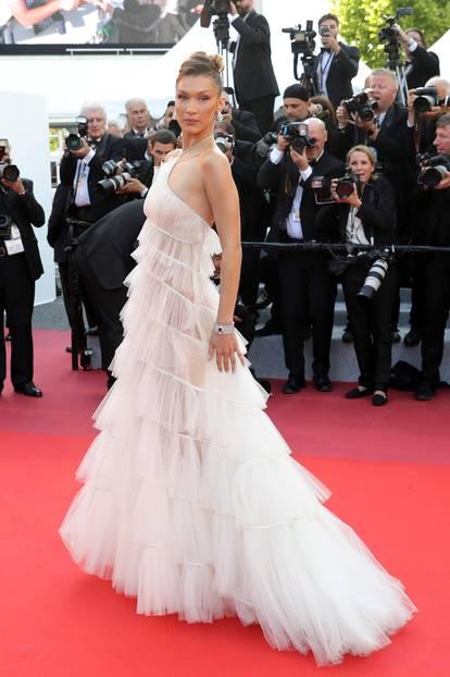 Bella Hadid in weißer Robe