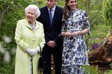 Meghan, Kate und Co. 2019: Herzogin Kate mit Queen Elisabeth und Prinz William im Garten