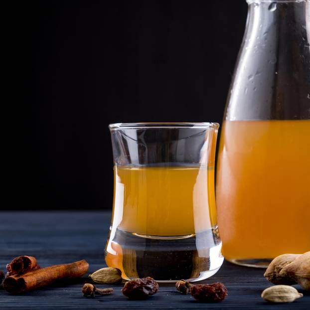 Met selber machen: Honigwein im Glas und Gewürze
