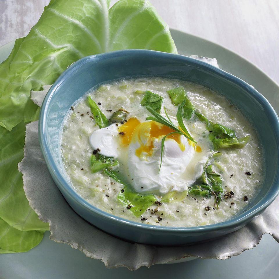 Spitzkohl-Kartoffel-Suppe mit pochiertem Ei