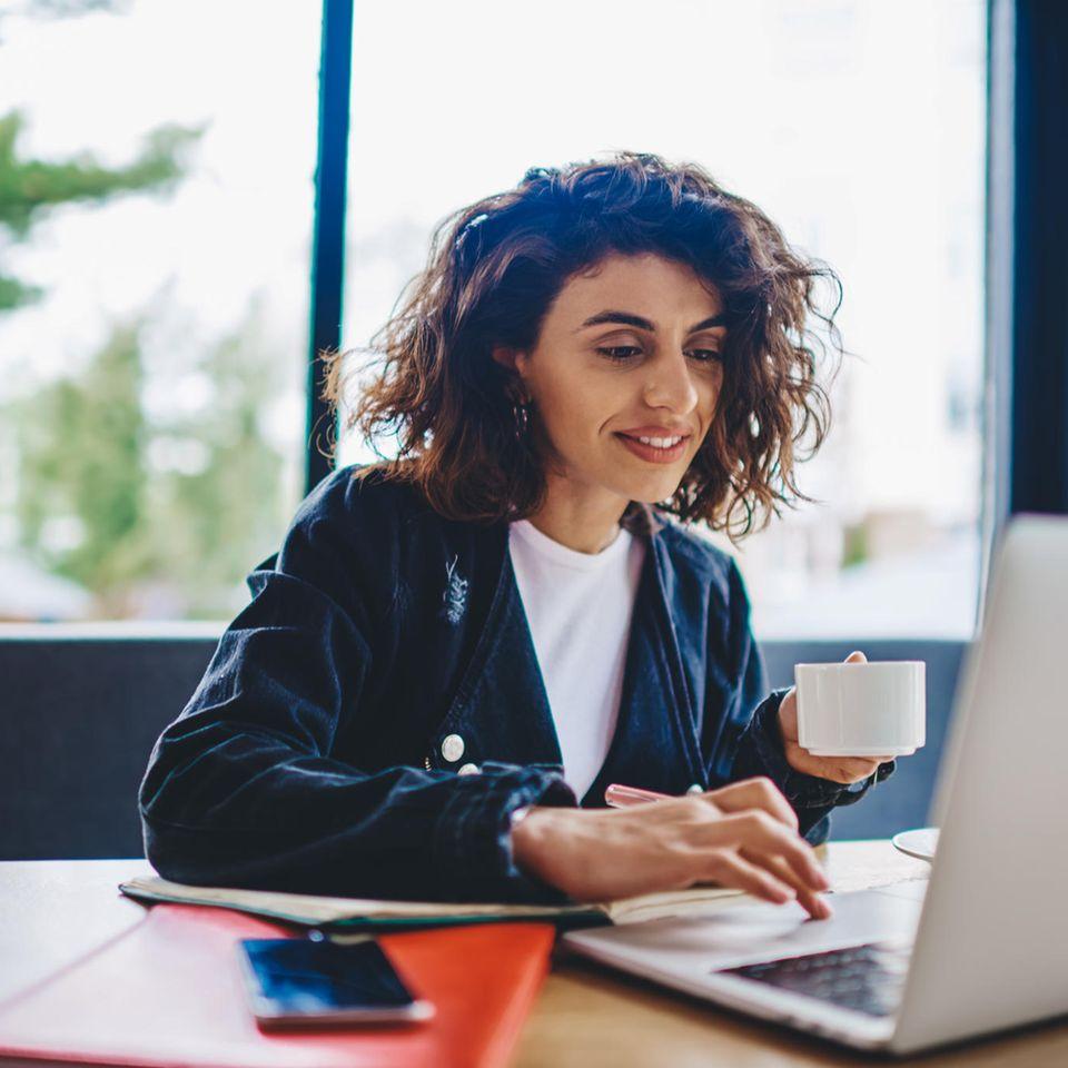 Kurzbewerbung:Frau arbeitet am Computer
