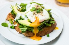 Pochiertes Ei auf Avocado-Brot