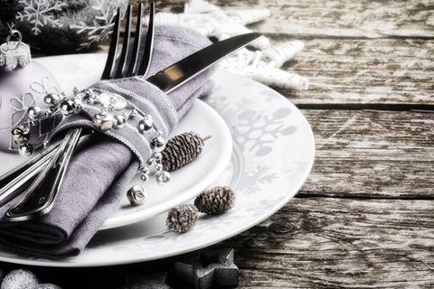 Weihnachtliche Tischdeko: Gedeckter Tisch mit Weihnachtsdeko