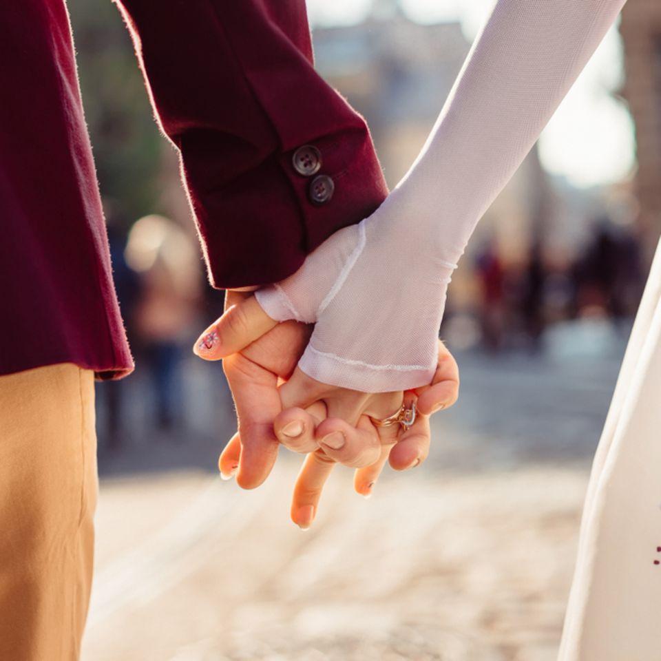 5 Gründe, warum ihr öfters Händchen halten solltet! Foto von einem Händchen haltenden Pärchen