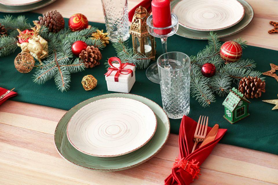 Weihnachtliche Tischdeko: Gedeckter Weihnachtstisch