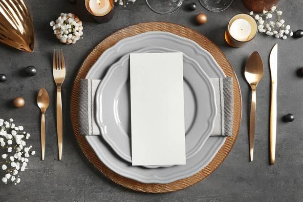 Weihnachtliche Tischdeko: Festtafel mit goldenen Farben