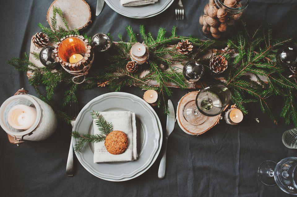 Weihnachtliche Tischdeko: Festtafel mit schwarzer Tischdecke