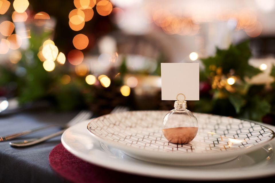 Weihnachtliche Tischdeko: Teller mit Tischkarte