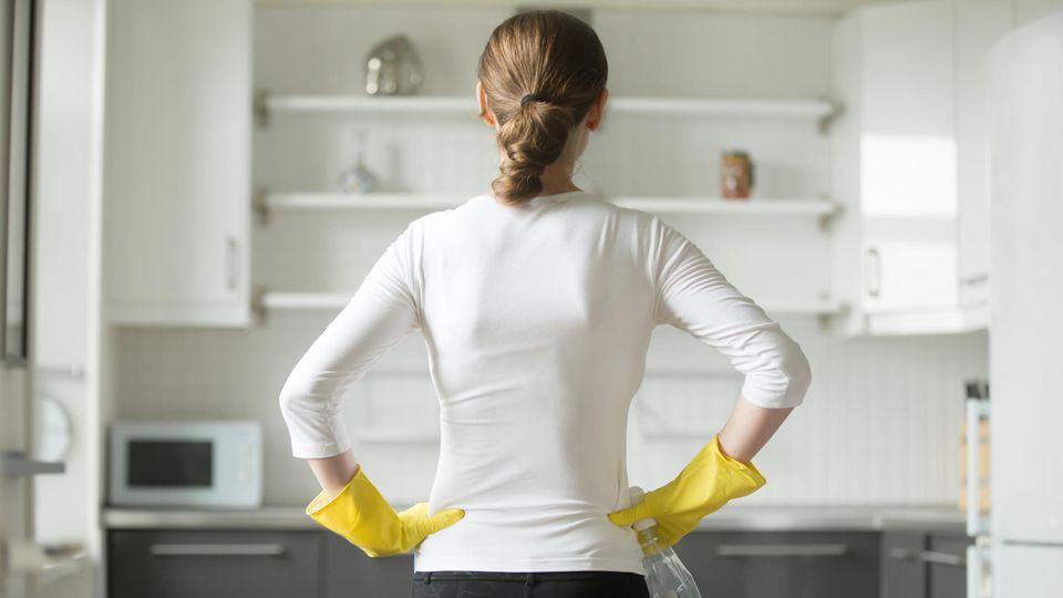 Diese 5 Hygiene-Fehler solltest du in der Küche vermeiden: Frau reinigt eine Küche