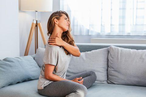 Wirbelblockade: Frau hält sich den Nacken
