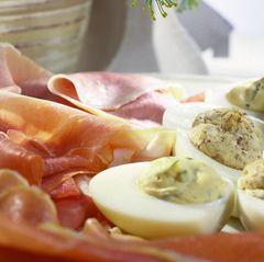 Gefüllte Eier mit Basilikumcreme und Senfcreme