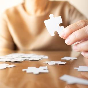 Alzheimer-Immunität: Frau hält Puzzleteil