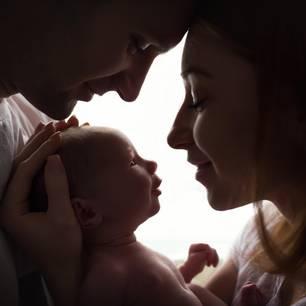 Baby im Radio gewonnen: Symbolbild Eltern halten Baby