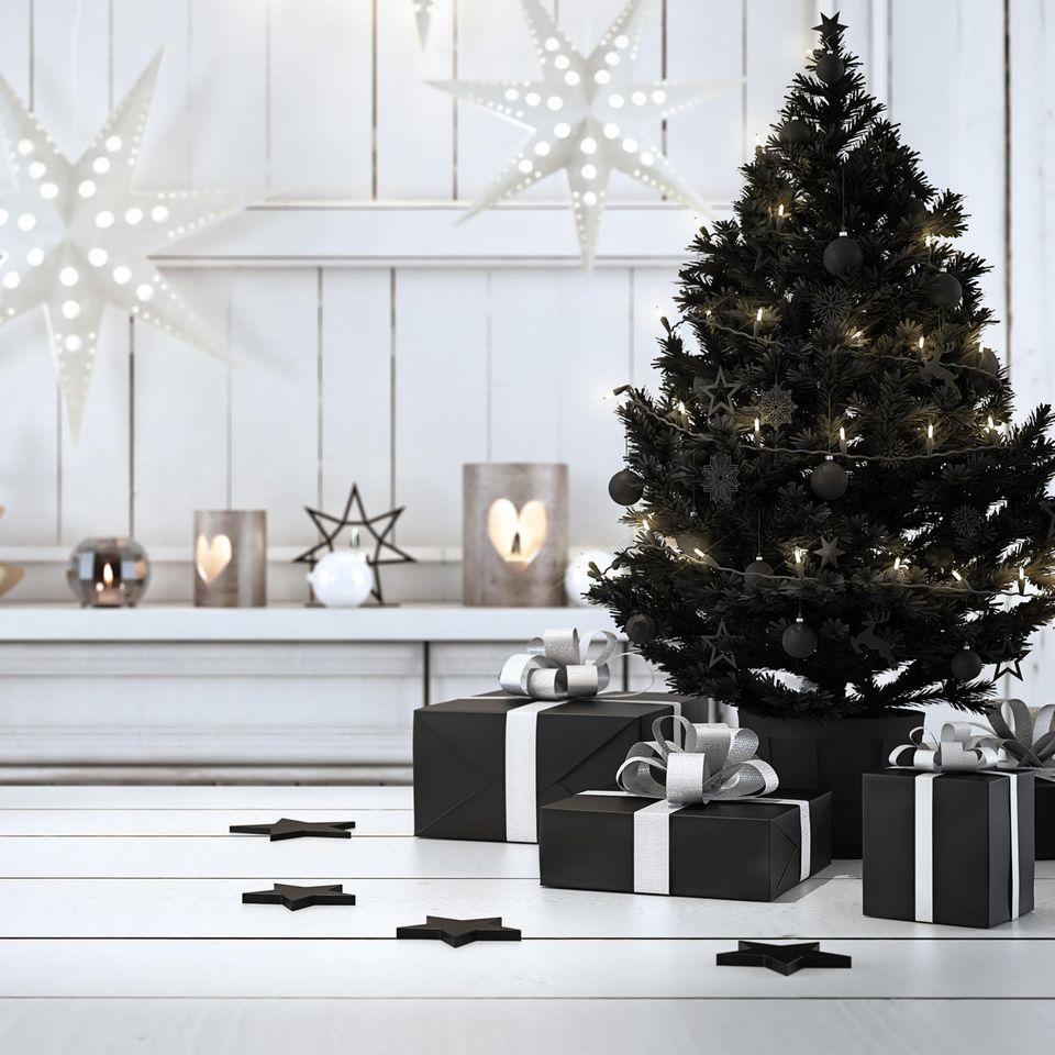 Schwarzer Weihnachtsbaum mit Geschenken