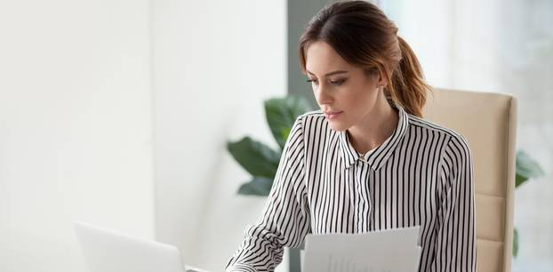 Deckblatt in der Bewerbung: Frau verfasst Unterlagen
