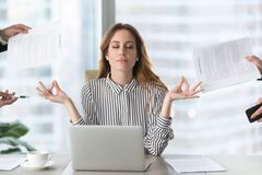 Geduld lernen: Frau in Meditationsposition vor Laptop