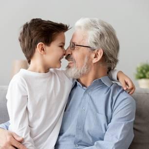 Enkel stellt Opa nur eine Frage: Foto von einem Jungen mit seinem Opa