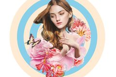 Jahreshoroskop Jungfrau: Frau mit Blumen