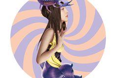 Jahreshoroskop Skorpion: Frau mit Skorpion auf dem Kopf