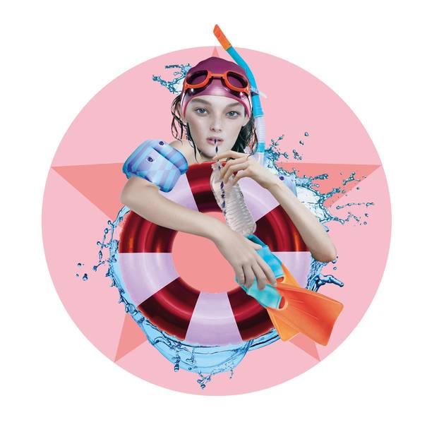 Jahreshoroskop Wassermann: Frau mit Schwimmreifen